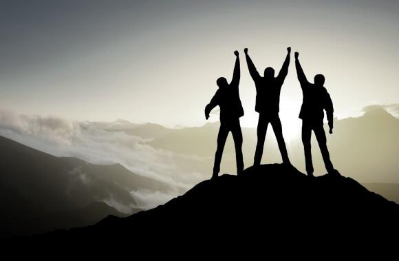 actitud, positiva, superación, superarse, alcanzar, éxito, personal, colaboración, equipo, montaña, cima, alcance, manos arriba