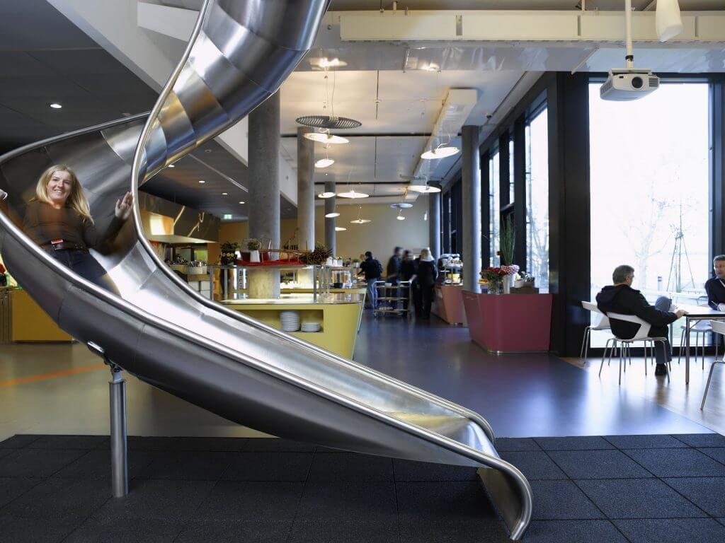 locaux Zurich toboggan fun extravagant entreprise bien-être employés