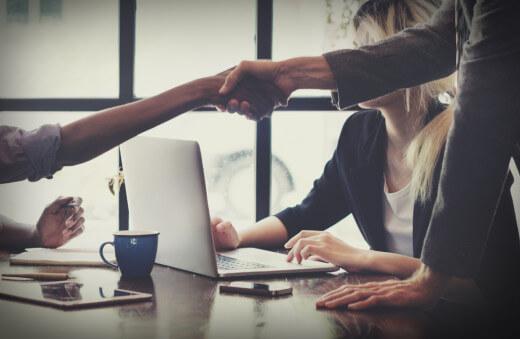 poignée de main, entretien d'embauche, langue étrangère, travailler à l'étranger, carrière, conseils