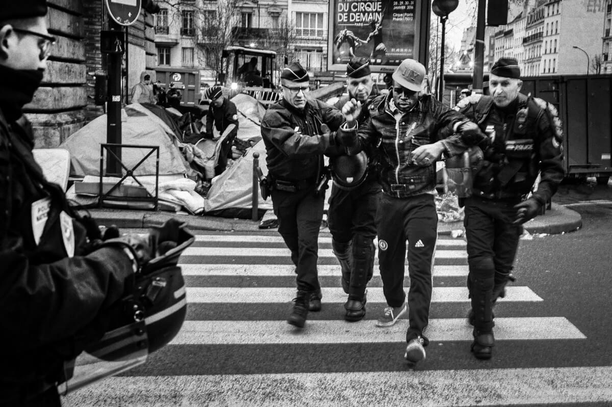 photoreporter étudiant réfugié police Paris métro la Chapelle
