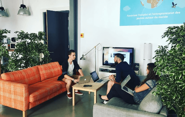 equipe design samuel remy vehier charlene palluis wizbii team open space canapé