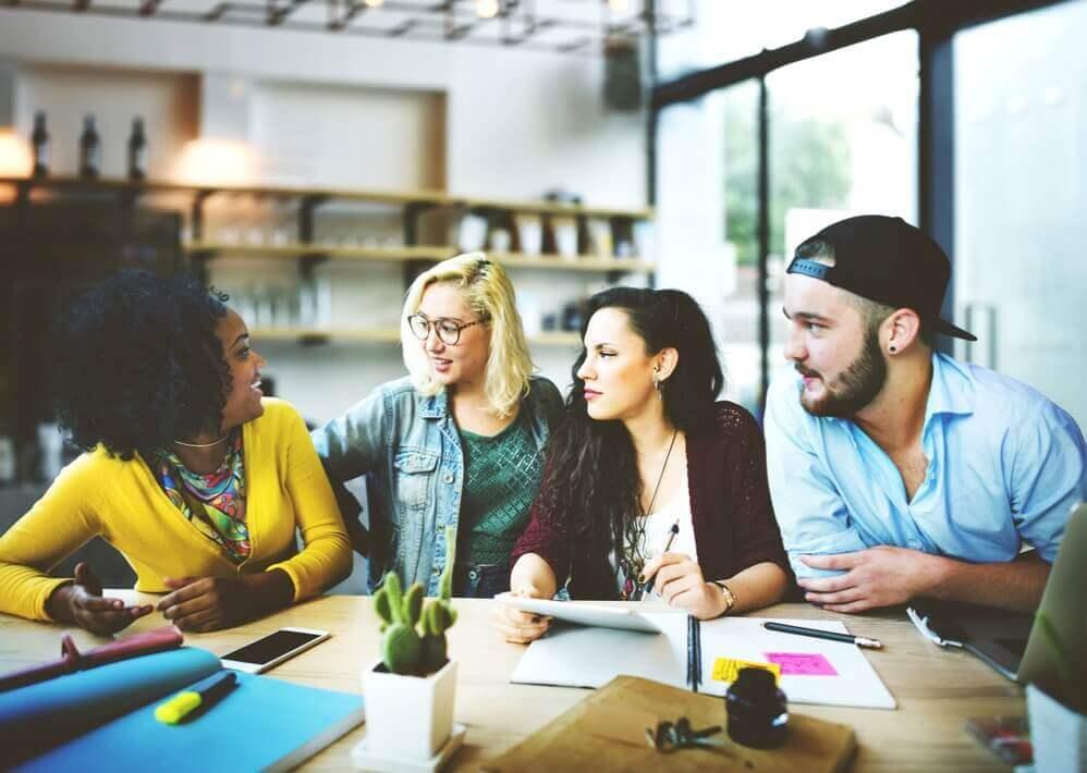 des jeunes chez une start-up discutent