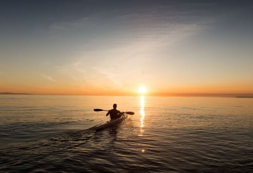 no rendirse, never give up, seguir, adelante, horizonte, atardecer, remar, canoa, cannoing, mar, océano, oceano, tarde, calma, sigue, seguir, continuar, perseverancia