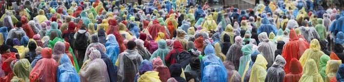 poncho pluie festival été musique étudiants fête