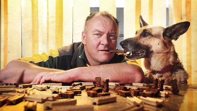 chien, homme, nourriture de chien, gouteur de nourriture de chien